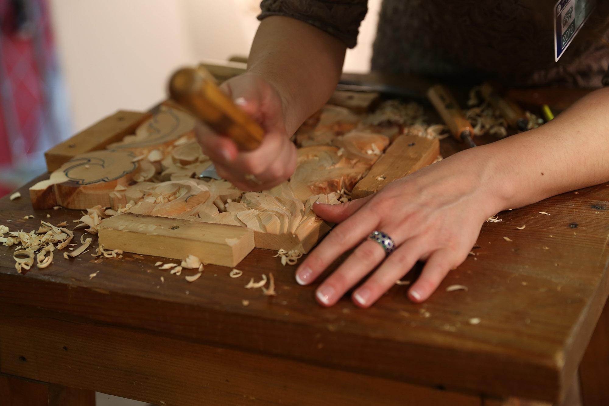 Ilaria Roccon di Tai di Cadore che incide il legno